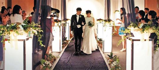 지난해 8월 31일 서울 성북구청 강당에서 허길수·심수림 부부가 마을 결혼식을 올리고 있다. 동네 꽃집에서 주문한 화분과 사과로 식장을 꾸몄다. 신부 심씨는 한지 원단으로 만든 친환경 드레스를 입었고 뿌리가 살아있는 부케를 들었다