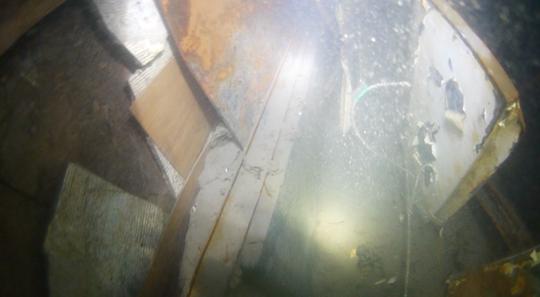 지난달 18일 오전 9시 30분쯤 세월호 내부를 수색 중이던 한 민간 잠수사가 헬멧에 부착된 수중 카메라로 찍은 세월호 4층 선미 다인실 부근. 목재로 이뤄진 격실 벽면이 보인다.