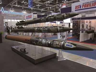 국내 전시회에 등장한 패트리엇과 사드 미사일 실물 크기 모형들. 위에서부터 패트리엇 PAC-3 ERINT, PAC-3 MSE, 사드 미사일 /주간조선