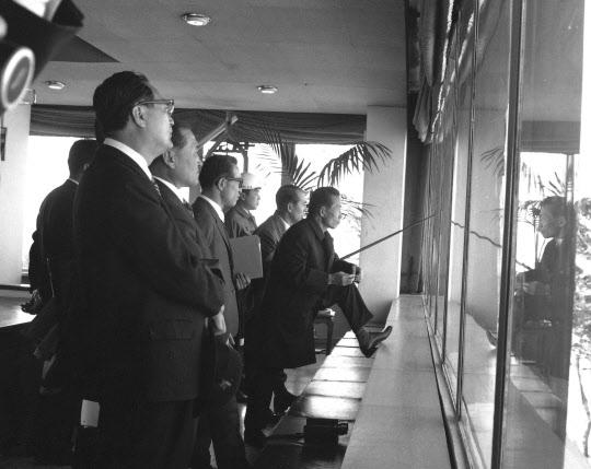 1968년 11월 롬멜하우스에서 부지를 내려다보는 박정희 대통령과 박태준 사장.