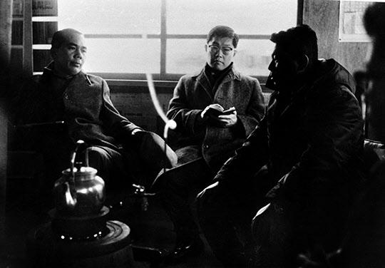 롬멜하우스 난로가에 앉아 있는 박태준 사장, 안병화 부장, 박종태 소장.