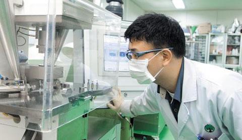 유한양행 연구원이 경기도 용인시에 위치한 유한양행 중앙연구소에서 신약 개발을 위한 연구를 하고 있다. / 유한양행 제공