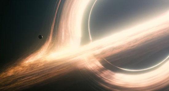 블랙홀. 웜홀은 블랙홀이 회전할 때 만들어진다. 출처: 인터스텔라 공식 홈페이지