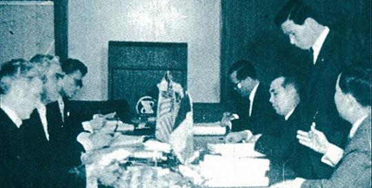 KISA 대표단과 추가협의를 하는 박태준 사장.