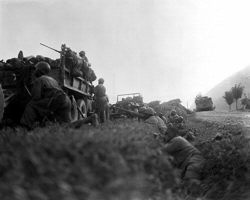 1950년 여름, 낙동강 전선에서 적의 공세에 맞서는 국군과 미군.