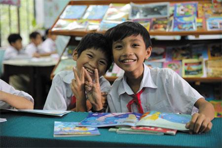 """지난 2일, 베트남 호아방 지역 호아푸(Hoa Phu) 초등학교에서 만난 아이들. 2000년부터 후원이 시작된 호아방 사업장은 3년간의 전환기를 거쳐 2016년 종결된다. 현장에서 만난 이들은 하나같이""""지난 15년간, 지역이 살 만해졌다""""며 자랑스러워했다."""