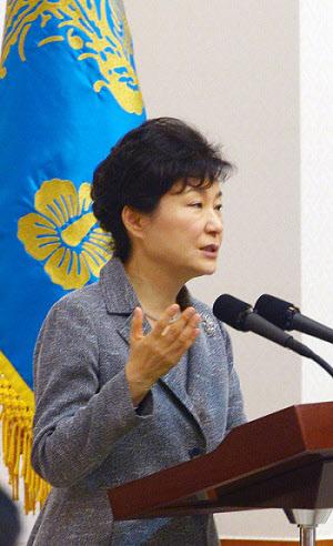 박근혜 대통령이 7일 청와대로 새누리당 지도부 및 예산결산특별위원회 위원들을 초대한 자리에서 인사말을 하고 있다. /뉴시스