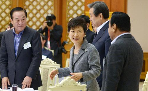 박근혜 대통령이 7일 청와대에서 열린 새누리당 지도부 및 예산결산특별위원회 위원 오찬에서 의원들과 이야기를 나누는 모습. /뉴시스