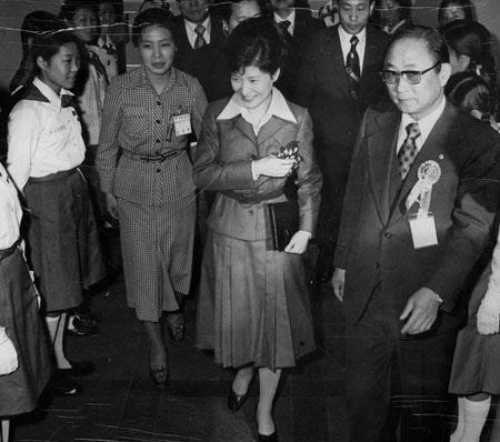 지난 1977년 3월 16일 새마음 궐기대회에 참석한 박근혜 당시 퍼스트레이디 대행(가운데)이 최태민 당시 구국봉사단 총재(맨 오른쪽)의 안내로 받고 있는 모습. /조선일보DB
