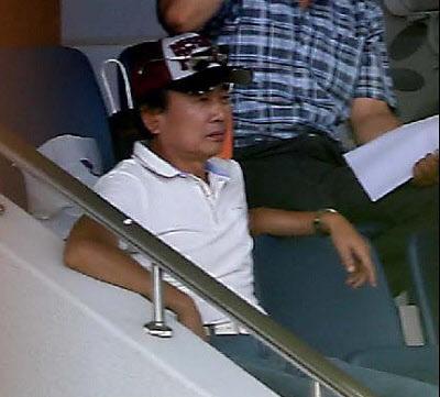 최순실의 전 남편인 정윤회씨. 위 사진은 정씨가 작년 7월 경기 과천의 한 공원 스탠드에 앉아있는 모습이다. /한겨레신문 제공