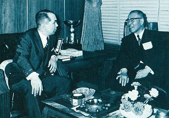 나가노 후지제철 사장(오른쪽)과 박태준 사장(1969년 도쿄).