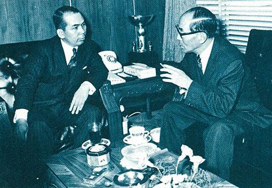 이나야마 일본철강연맹 회장(오른쪽)과 박태준 사장(1969년 도쿄).