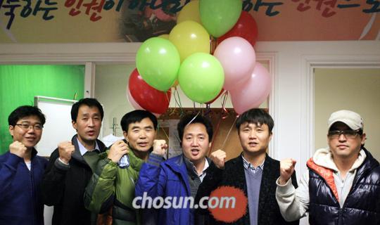 영국에서'유럽 북한 자유주간'행사를 펴고 있는 탈북자들이 뉴몰든 사무실에서 북한의 인권 개선을 촉구하고 있다. 사진 오른쪽에서 셋째가 행사를 주관한 김주일 재영조선인협회 사무총장, 그 왼쪽이 이민복 대북풍선단장이다.