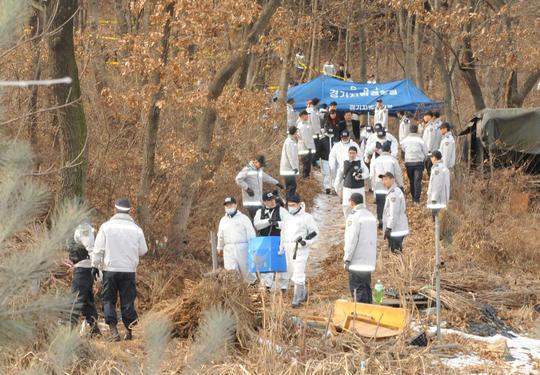 2009년 경찰이 경기 군포 여대생 납치 살해범이 추가로 살해해 암매장한 한 여인의 사체를 발굴하고 있다.