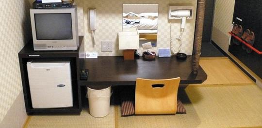 """슬리퍼, 탁자, 헤어드라이어, 냉장고 등 집기가 오밀조밀 정리되어 있는 일본 도쿄의 한 여관. '인생의 축제가 시작되는 정리의 발견'의 저자 곤도 마리에는 """"정리는 물건뿐 아니라 모든 것의 제 위치를 찾아주는 작업""""이라고 했다."""