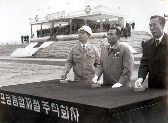 1970년 4월 1일 거행된 포철1기 공사 착공식. 오른쪽부터 김학렬 부총리, 박정희 대통령, 박태준 사장이 버튼을 누르고 있다./조선일보DB