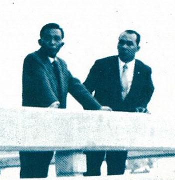 포항 영일대에서 숙의하는 박정희 대통령과 박태준 사장.