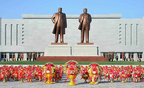 2013년 12월 22일 강원도 원산시에서 김일성 주석과 김정일 국방위원장의 새 동상 제막식이 열렸다고 노동신문이 23일 보도했다./노동신문