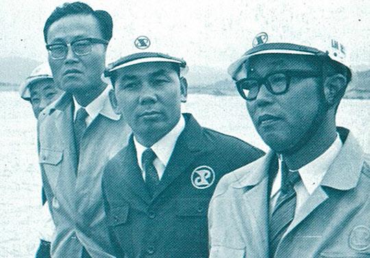 포철 현장을 방문한 일본 통산성 정책국장과 박태준 사장.