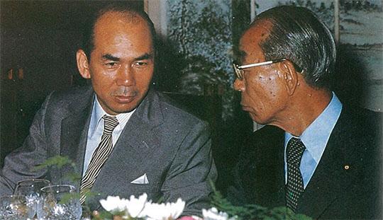 총리 시절에 포철을 방문한 후꾸다와 박태준 사장.