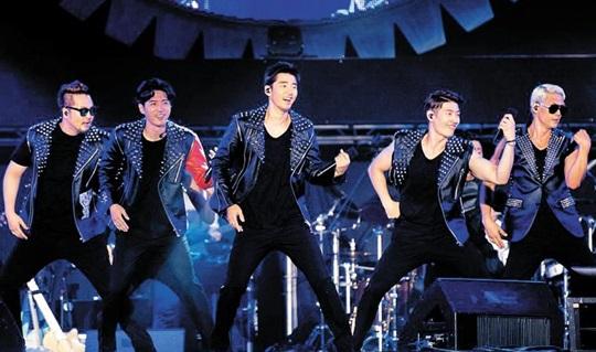 1990년대 데뷔해 국민가수라고 불리던 god는 9년 만에 재결합해 대중 앞에 섰다.