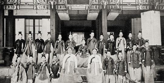 1906년 순정효황후(가운데) 주관으로 열린 친잠례 행사.