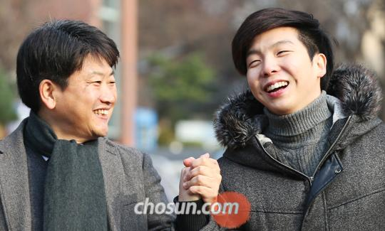 김철민(좌)·정한(우)씨 부자가 정한씨가 재학 중인 서강대 교정을 함께 걷고 있다.