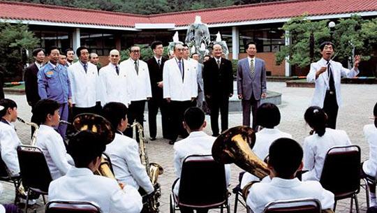 1999년 6월 광양제철초등학교를 방문한 나카소네 전 일본 총리(오른쪽에서 세번째). 박태준 명예회장(왼쪽에서 세번째)과 유상부 포스코 회장(맨 왼쪽)도 보인다.