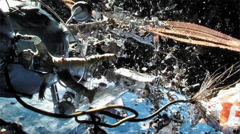 우주 쓰레기와 국제우주정거장의 충돌을 그린 영화 '그래비티' 사진