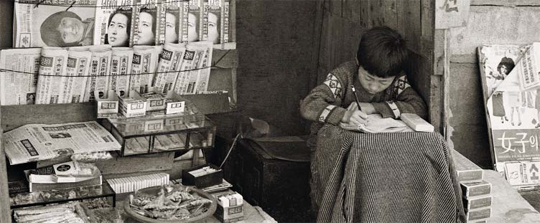 엄마 대신 가게에 앉아 공부하는 이 아이는 지금 어디서 무엇을 할까. 가난해도 꿈이 있던 시절이다. 1976년 경기도 부천 사진
