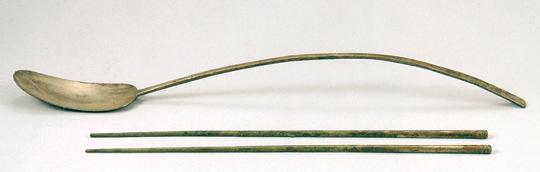 고려 인종 장릉에서 출토된 은제 숟가락과 청동제 젓가락. 숟가락이 곡선을 이룰 정도로 휘어 있다.