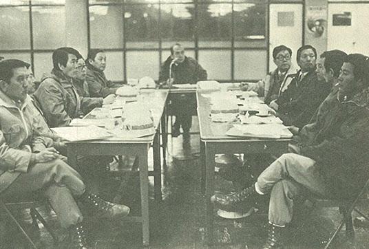건설현장에서 비상회의를 주재하는 박태준 사장.