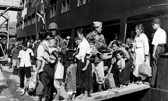 1945년 10월 12일, 일본에 거주하던 한국인 징용 노동자 가족들이 부산항을 통해 귀국하는 모습.