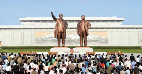 북한 평양 만수대에 서 있는 김일성·김정일 부자의 대형 동상.