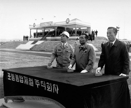 포철 착공식(1970년 4월 1일)에서 파일 항타 버튼을 누르는 박정희 대통령, 김학렬 부총리, 박태준 사장