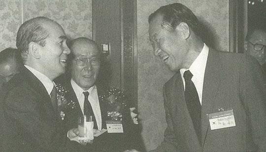 1985년 한일경제인회의에서 반갑게 악수하는 정주영 현대 회장과 박태준 포스코 회장.
