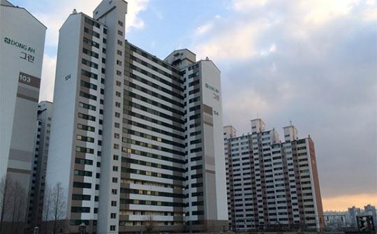 서부이촌동 동아그린 아파트는 정부 정책 발표와 개발 계획 발표에도 시장이 크게 반응하지 않았다. /김범수 기자