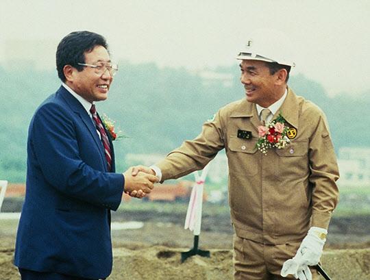 포항공대 착공식 후 김호길 총장과 악수하는 박태준 회장.