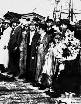 1947년 7월 서재필의 귀국을 환영하기 위해 인천항에서 기다리는 정계 지도자들. 앞줄 가운데 이승만(중절모를 쓰고 정면을 응시)과 김규식(그 오른쪽) 선생이 담소하고 있다.