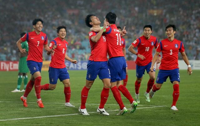 수비수 김영권(왼쪽에서 세번째)이 후반 5분 두 번째 골을 성공시킨 뒤 공격수 이정협(왼쪽에서 네번째)과 함께 세리모니를 하고 있다. /AP 뉴시스