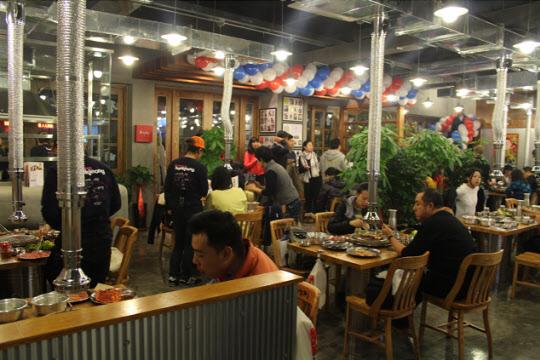 육칠팔 다렌점은 완벽하게 한국식 음식을 제공하며, 중국 손님들도 자국 음식을 먹듯 식사를 즐겼다. /다롄=박지환 기자