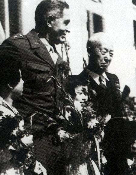 1945년 10월 20일 '서울시민 미군 환영대회'에 참석한 이승만(오른쪽) 박사와 아치볼드 아널드 미 군정장관 사진