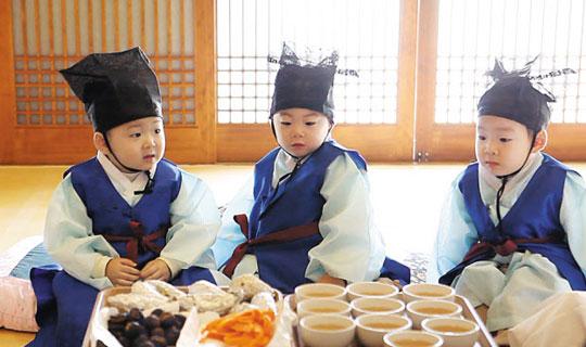 대한민국에 '쌍둥이 열풍'이 불고 있다. 사진은 KBS 예능 프로그램 '슈퍼맨이 돌아왔다'에 출연해 인기를 끌고 있는 탤런트 송일국씨의 세 쌍둥이 아들 '대한·민국·만세'.