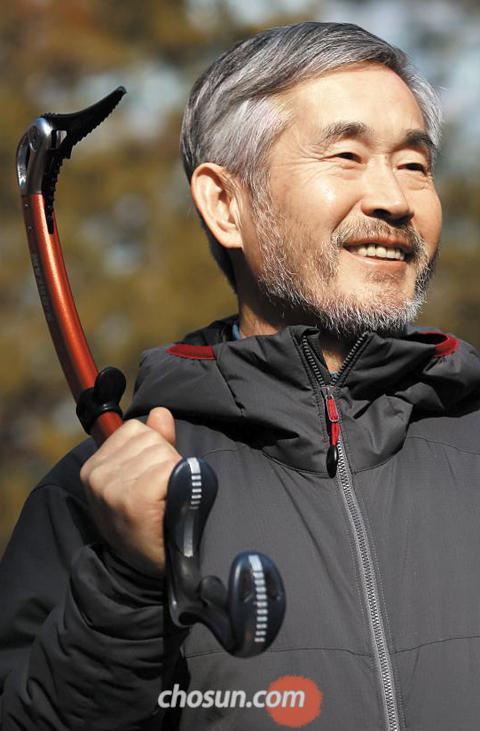 죽염(竹鹽)을 이용한 건강식품을 만드는 인산가 김윤세 회장이 빙벽(氷壁)을 오를 때 쓰는 장비인'아이스 바일'을 들고 있다.
