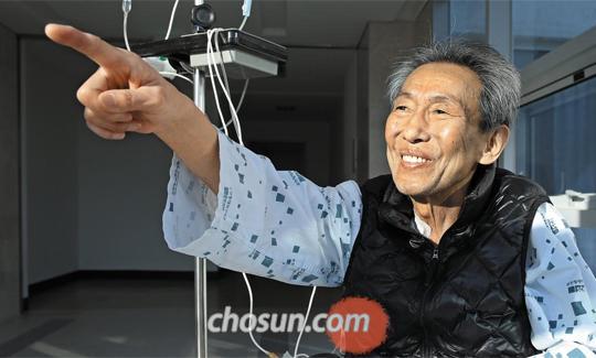 서울 순천향병원에서 간암 수술을 받은 박찬홍씨가 지난달 30일 햇볕을 쬐고 있다
