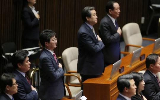 지난 2일 김무성 새누리당 대표(왼쪽 두 번째)와 유승민 원내대표(오른쪽 세 번째)가 국회에서 열린 임시회 개회식에 참석해 국민의례를 하고 있는 모습이다./조선일보DB