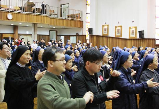 서울 미아리의 담장 하나 사이에 둔 성바오로수도회와 성바오로딸수도회는 설립자가 같은 오누이 수도회다. 사진은 2010년 봄 바오로 가족 부활절 소풍 행사 모습.