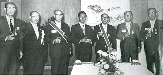 산업훈장을 받은 일본인 기술자들과 함께한 박정희 대통령.