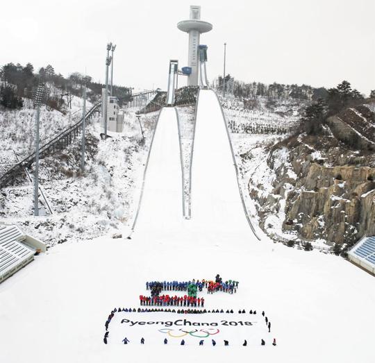 3년 앞으로 다가온 2018 평창동계올림픽의 개최를 축하하는 'G(Games)-3년, 미리 가 보는 평창' 프로그램이 9일 진행됐다. 평창올림픽 조직위 직원 300여명이 알펜시아 스키점프 경기장에서 평창 엠블럼 모양을 만들고 있다