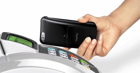 루프페이 장비가 장착된 스마트폰을 결제 단말기에 갖다대 비용을 지불하는 모습